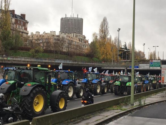 """Francia: acquisti scatenati sul mercato trattori, ma sale la tensione tra i """"paysans"""""""