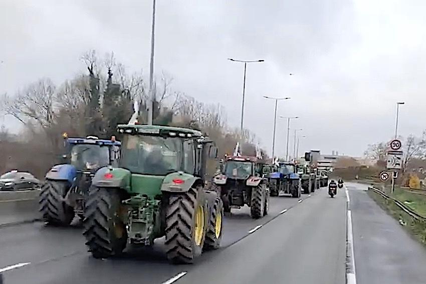 Esplode il malessere degli agricoltori: Berlino e Parigi invase dai trattori