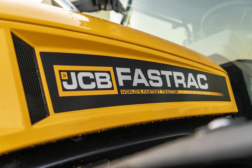 """JCB: una """"Special Edition"""" dei Fastrac 4220 e 8330 per celebrare il record di velocità"""