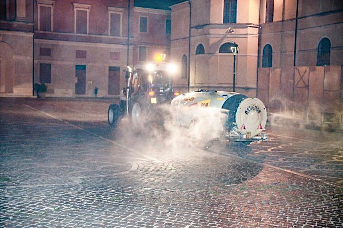 Coronavirus: con i trattori e le irroratrici per sanificare le strade